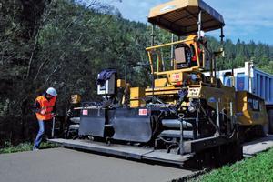 3. Укладка смеси с помощью дорожной отделочной машины